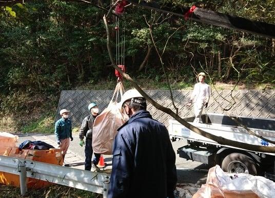 P.12-①クレーンで吊り上げての大掛かりな撤去作業